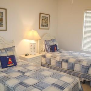 camera de copii umbrita cu jaluzele orizontale din aluminiu
