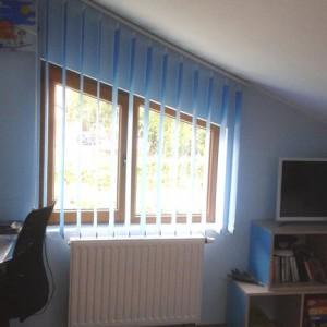 camera de copii umbrita cu jaluzele verticale textile