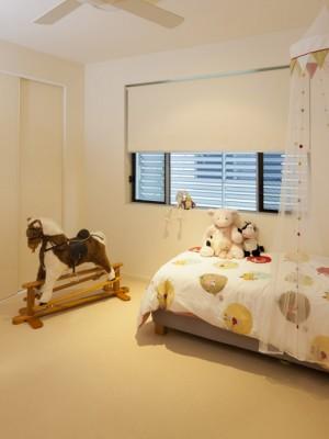 camera de copii umbrita cu rulouri textile