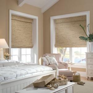 dormitor umbrit cu jaluzele din bambus