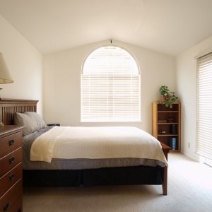 dormitor umbrit cu jaluzele orizontale din lemn