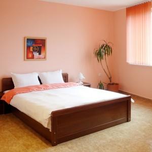 dormitor umbrit cu jaluzele verticale textile