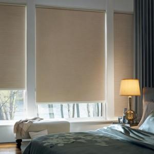 dormitor umbrit cu rulouri textile