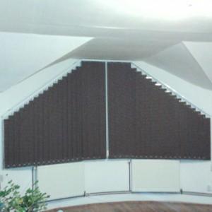 mansarda umbrita cu jaluzele verticale textile